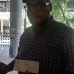 Jonathan al recibir su préstamo